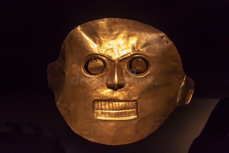 Máscara de oro en el museo del oro imagenes de archivo