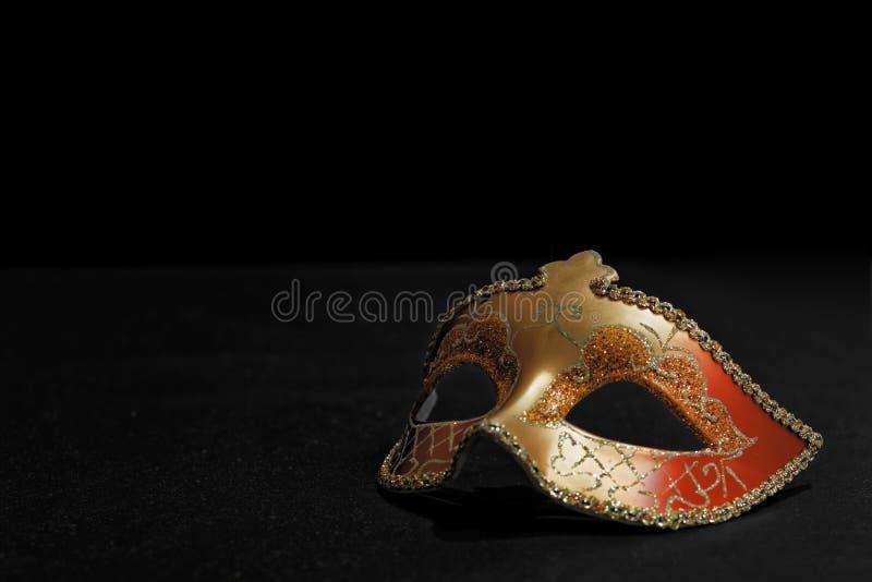Máscara de oro de Mardi Gras o del carnaval aislada en un fondo negro foto de archivo