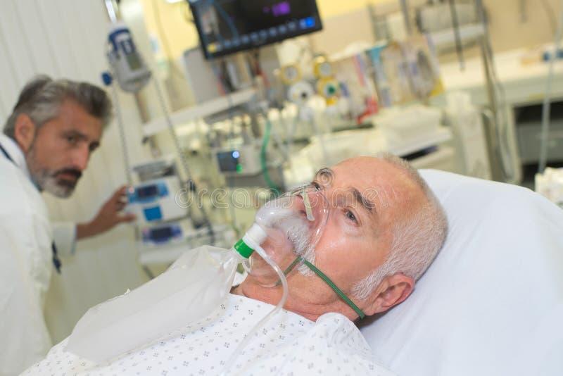 Máscara de oxígeno que lleva paciente fotos de archivo libres de regalías