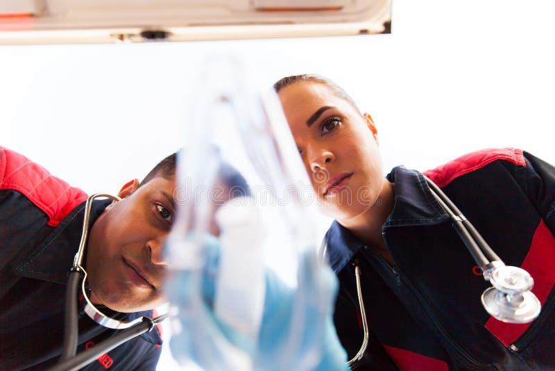 Máscara de oxigênio dos paramédicos foto de stock royalty free