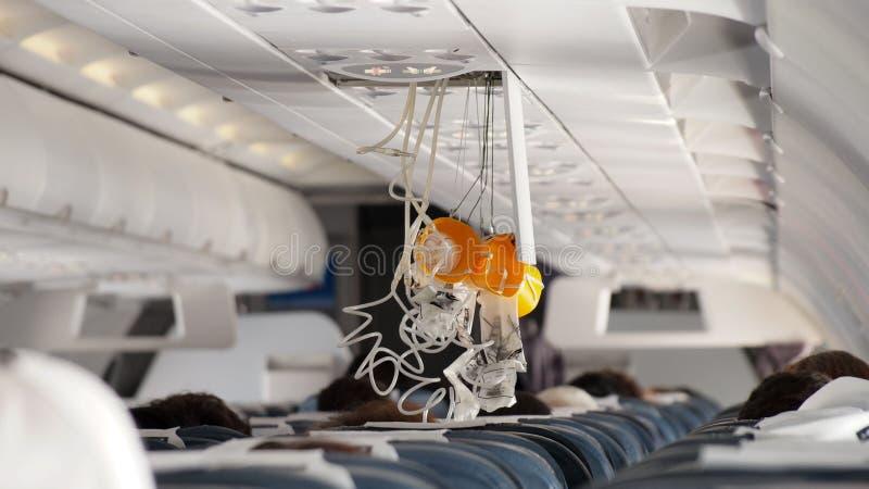 Máscara de oxigênio que cai para fora no avião foto de stock royalty free