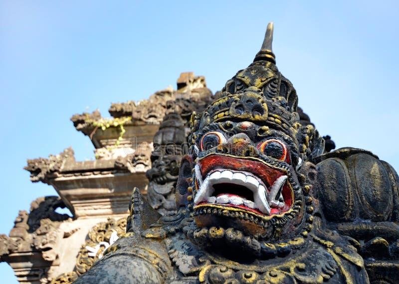 Máscara de piedra asustadiza del barong en la entrada a la porción de Tanah, Bali imagen de archivo libre de regalías