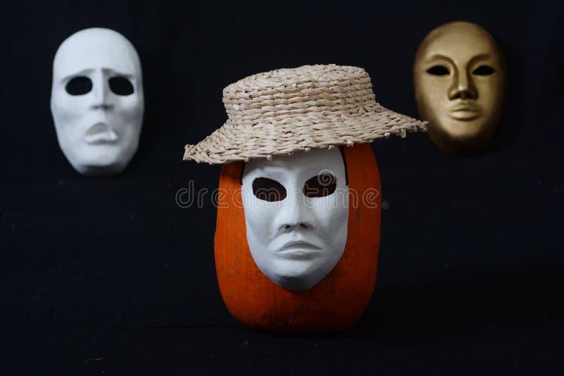 Máscara de teatro blanca que se coloca en una oscuridad imagenes de archivo