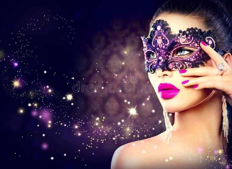 Máscara del carnaval de la mujer que lleva atractiva