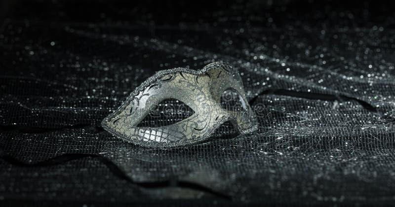 Máscara del carnaval en el fondo brillante negro, opinión del primer fotografía de archivo libre de regalías