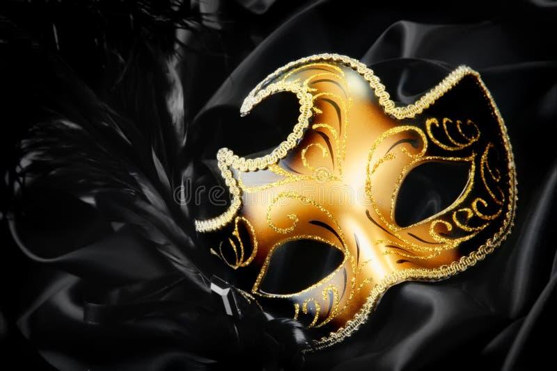 Máscara del carnaval en fondo de seda negro fotografía de archivo