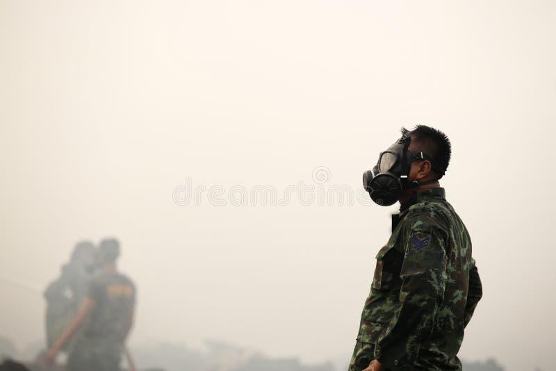 Máscara del humo el tener cuidado con del soldado fotos de archivo libres de regalías