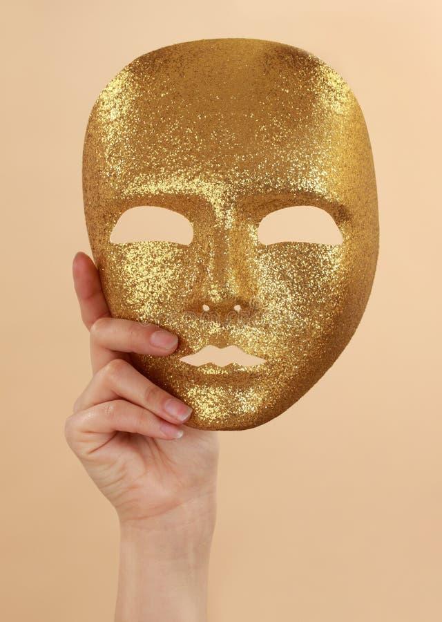 Máscara del oro de la explotación agrícola de la mujer imágenes de archivo libres de regalías
