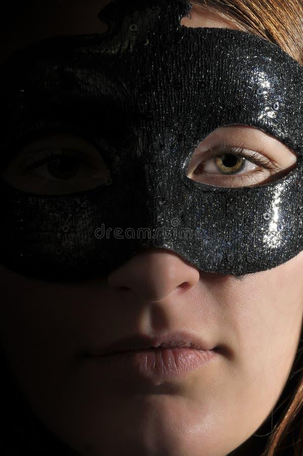 Máscara desgastando da mulher fotografia de stock