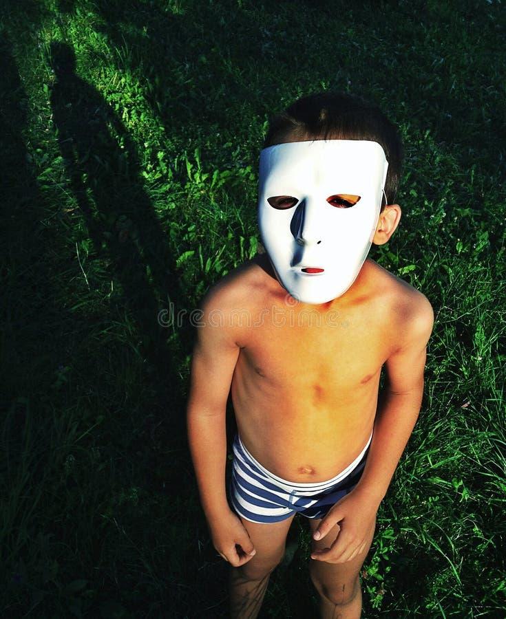 Máscara desgastando do miúdo foto de stock royalty free