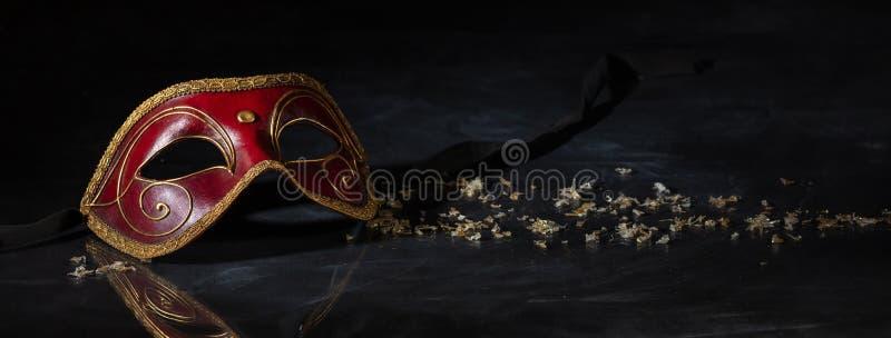 Máscara do carnaval no fundo preto, reflexões, bandeira fotos de stock