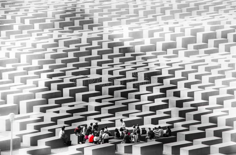 Máscara do passado - professor e memorial Berlim do holocausto dos estudantes ilustração stock