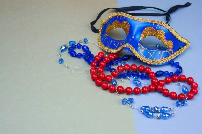 máscara e grânulos azuis do carnaval fotos de stock