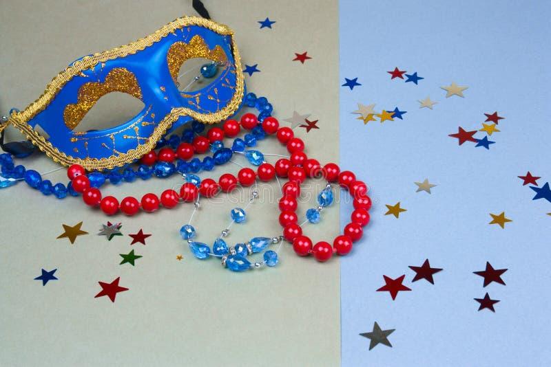 máscara e grânulos azuis do carnaval fotografia de stock