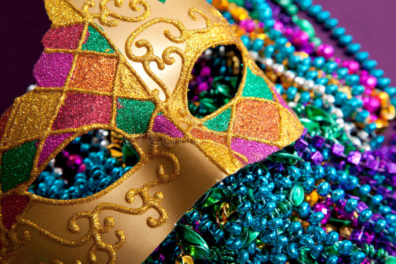 Máscara e grânulos do carnaval do ouro fotos de stock royalty free