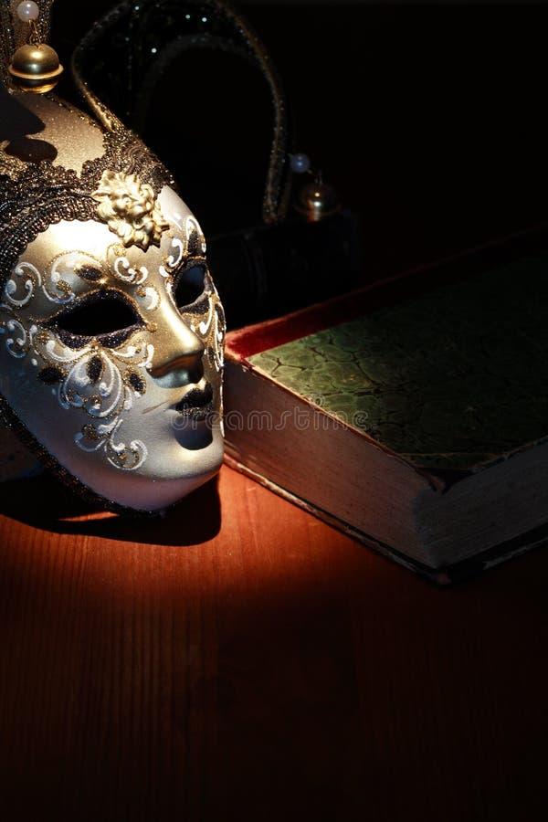 Máscara e livro imagens de stock
