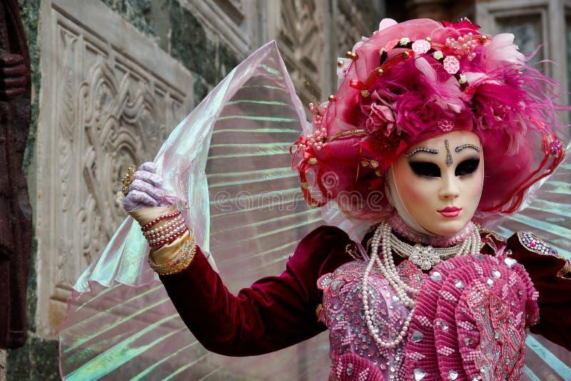 Máscara e traje cor-de-rosa-brancos do carnaval no festival tradicional em Veneza, Itália fotografia de stock royalty free