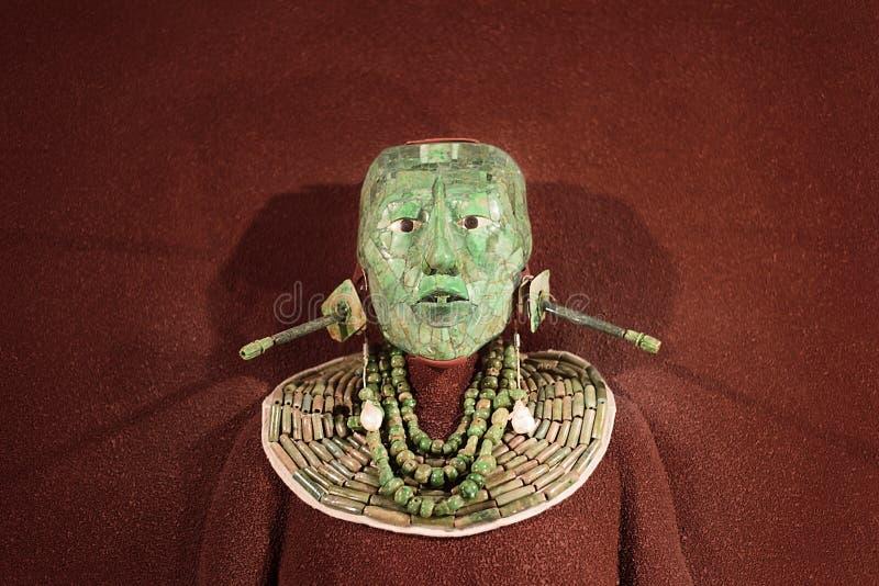 A máscara fúnebre do mosaico do jade e a joia encontraram no túmulo do rei maia Pakal de Palenque, o Museu Nacional da antropolog fotos de stock