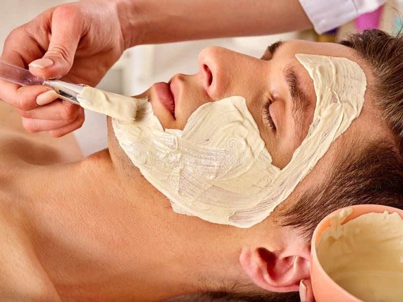 Máscara facial da lama do homem no salão de beleza dos termas Massagem de limpeza profunda foto de stock royalty free