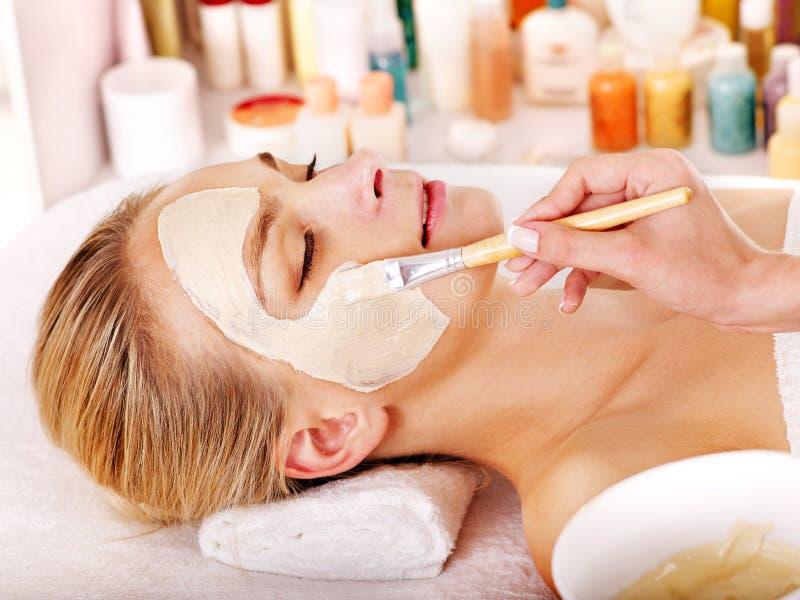 Máscara facial de la arcilla en balneario de la belleza.