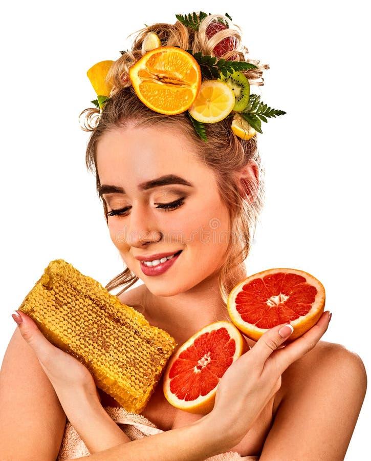 Máscara facial de la miel para los labios de la mujer Threatment hecho en casa natural de los panales imagen de archivo libre de regalías