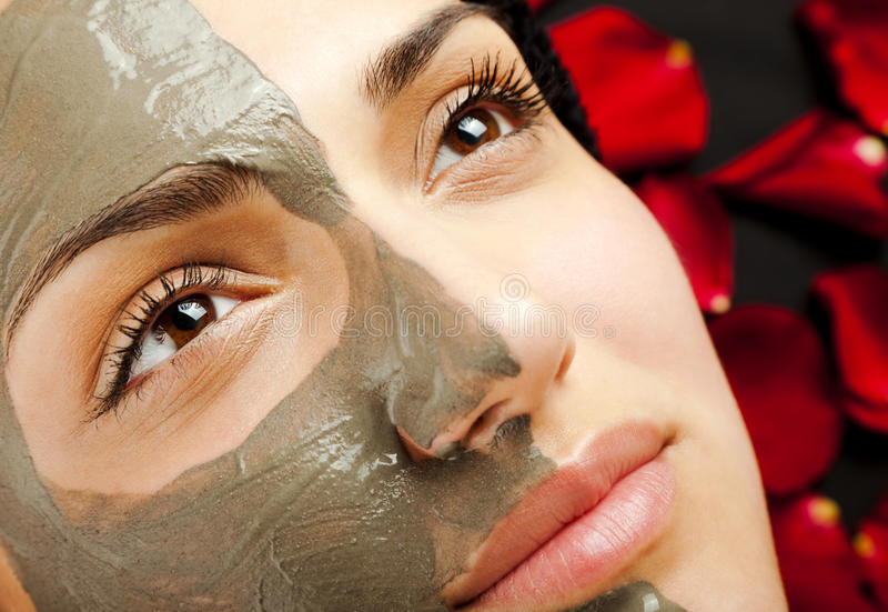 Máscara facial fêmea da argila fotografia de stock royalty free