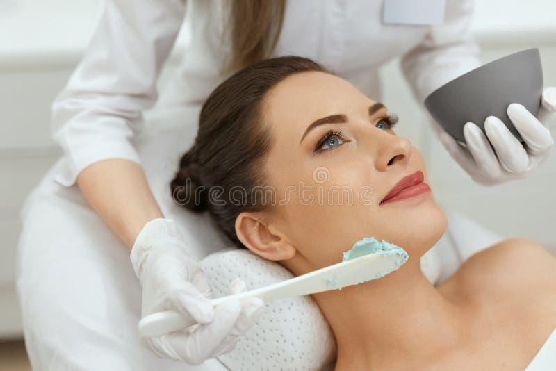 Máscara facial Mujer que aplica la máscara cosmética del alginato en piel fotos de archivo libres de regalías