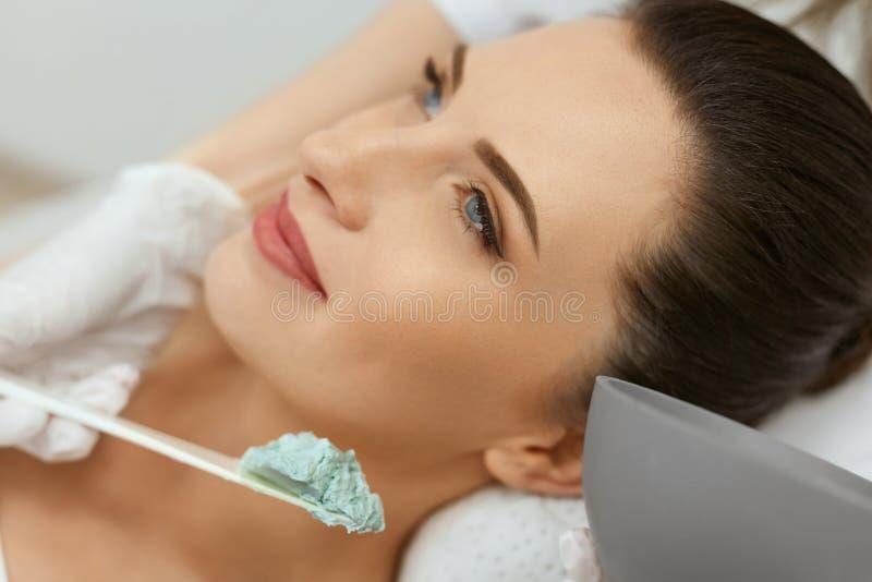 Máscara facial Mulher que aplica a máscara cosmética do Alginate na pele fotografia de stock