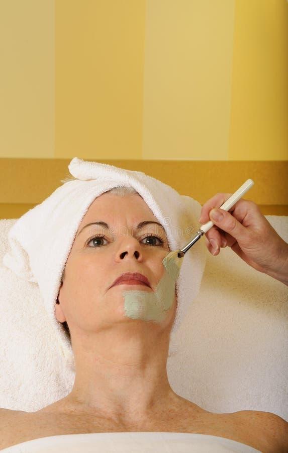 Máscara facial orgânica sênior da saúde e da beleza imagem de stock