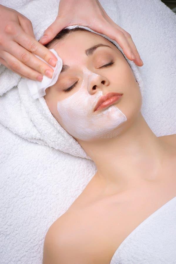 Máscara facial que remove no salão de beleza de beleza imagem de stock