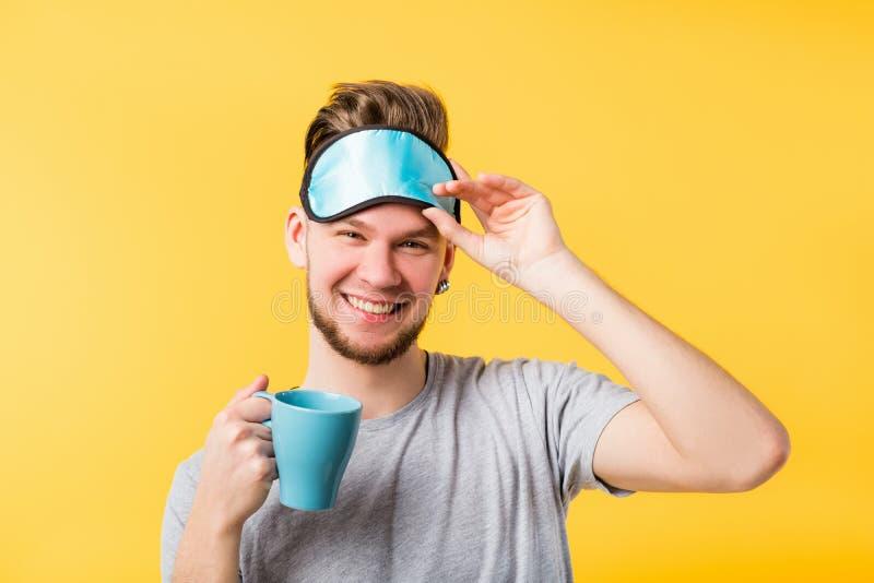 Máscara feliz do homem do sono saudável do hábito do estilo de vida fotografia de stock royalty free