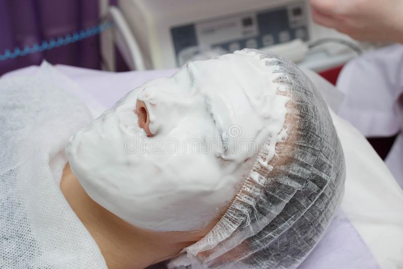 Máscara hidratando de Nanost do esteticista após a limpeza ultrassônica da pele foto de stock