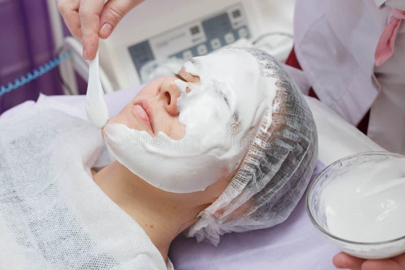 Máscara hidratante de Nanost del cosmetólogo después de la limpieza ultrasónica de la piel fotos de archivo