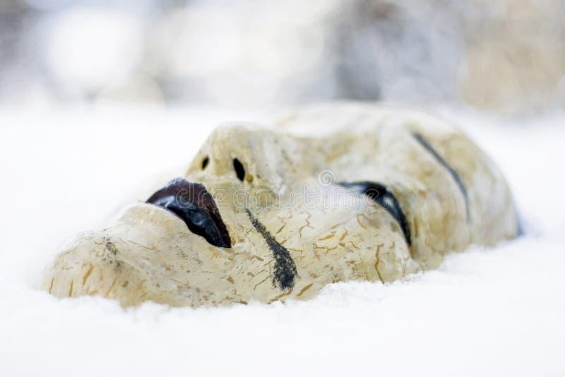 Máscara japonesa na neve imagens de stock