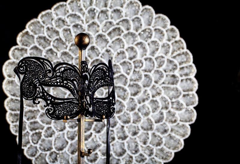 Máscara negra de la mascarada del cordón con el fondo de plata imagen de archivo libre de regalías
