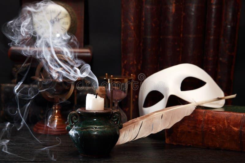 Máscara perto da vela foto de stock