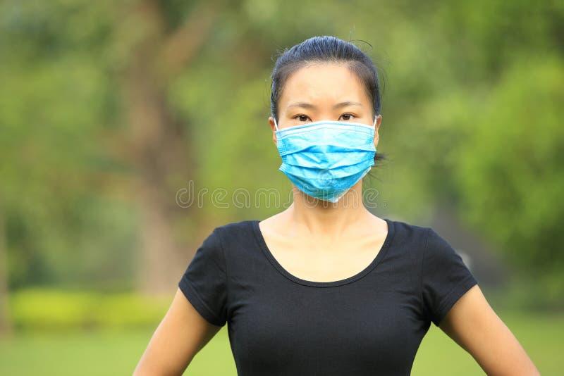 Máscara protetora asiática de desgaste de mulher na cidade fotografia de stock