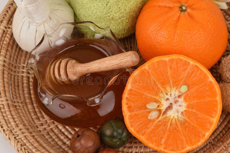 Máscara protetora com a laranja e o mel para alisar clarear a pele e a acne faciais imagens de stock royalty free