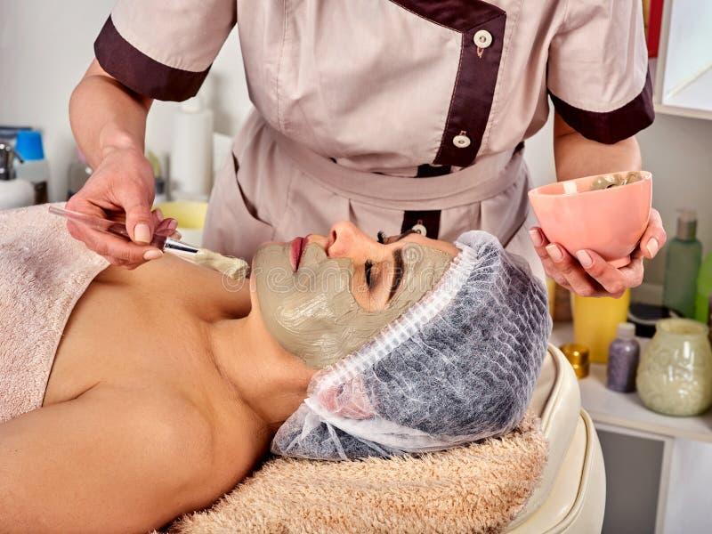 Máscara protetora do colagênio Tratamento facial da pele Mulher que recebe o procedimento cosmético imagens de stock royalty free