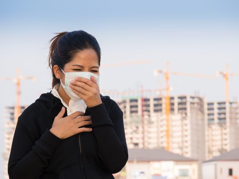 Máscara protetora e tossir vestindo da mulher asiática fotografia de stock royalty free