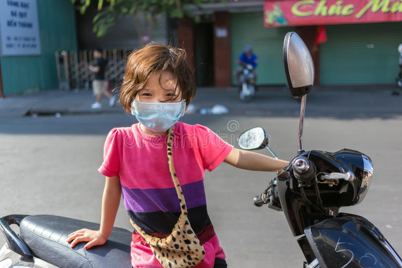 Máscara protetora vestindo da menina imagens de stock royalty free