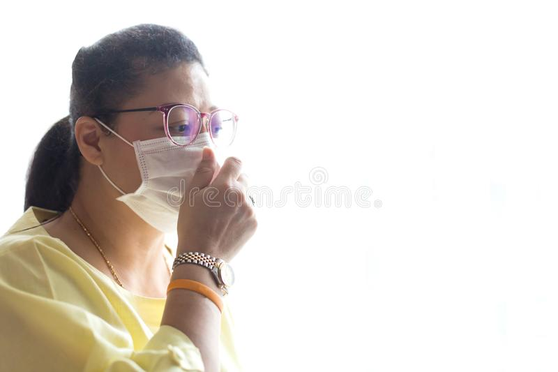 Máscara protetora vestindo da mulher com branco isolada foto de stock