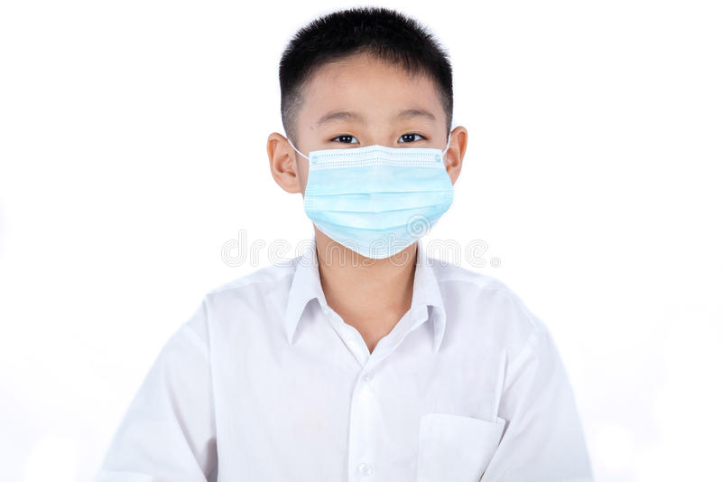 Máscara que lleva de Boy In Uniform del estudiante chino asiático fotografía de archivo