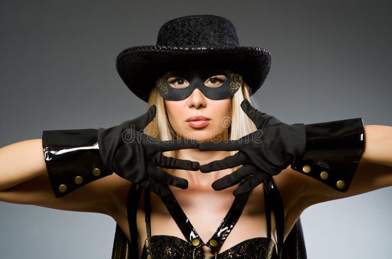 Máscara que lleva de la mujer contra foto de archivo