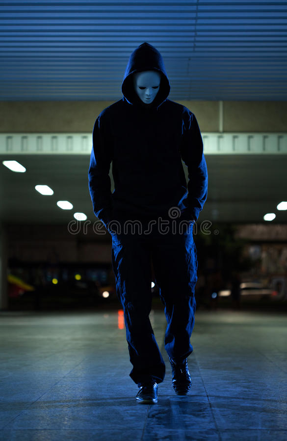 Máscara que lleva del asaltante en la noche imagen de archivo