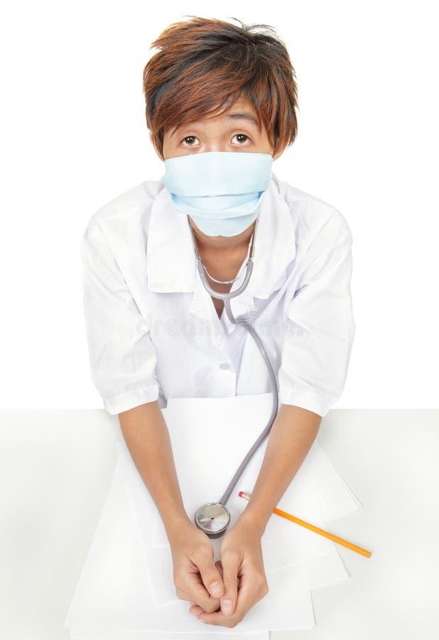 Máscara quirúrgica preocupante del doctor w fotos de archivo libres de regalías
