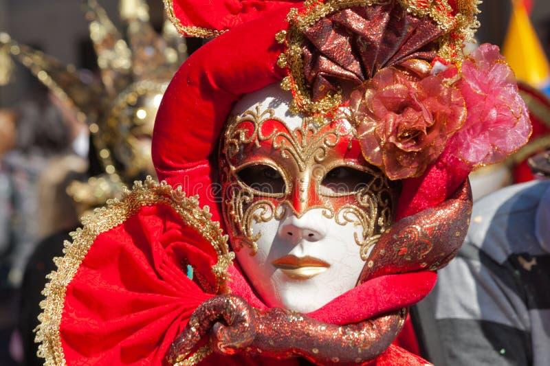 Máscara roja en un desfile de carnaval imagenes de archivo