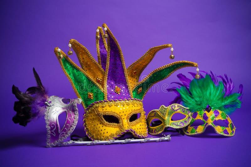 Máscara sortido de Mardi Gras ou de Carnivale em um fundo roxo fotografia de stock