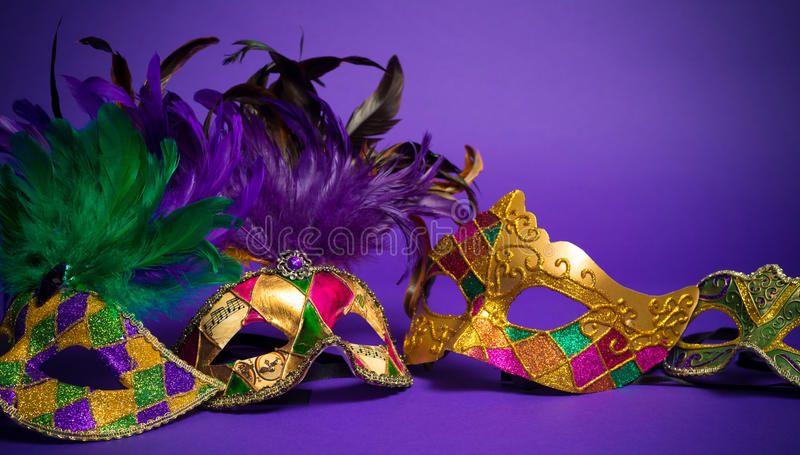 Máscara sortido de Mardi Gras ou de Carnivale em um fundo roxo imagem de stock royalty free