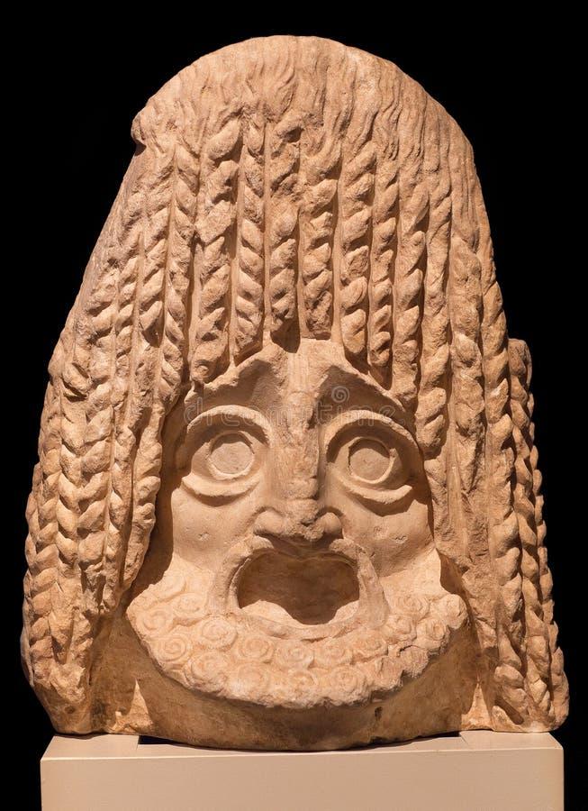 Máscara trágica de teatro de mármol de la necrópolis a lo largo de la manera sagrada en Atenas, Grecia imagen de archivo